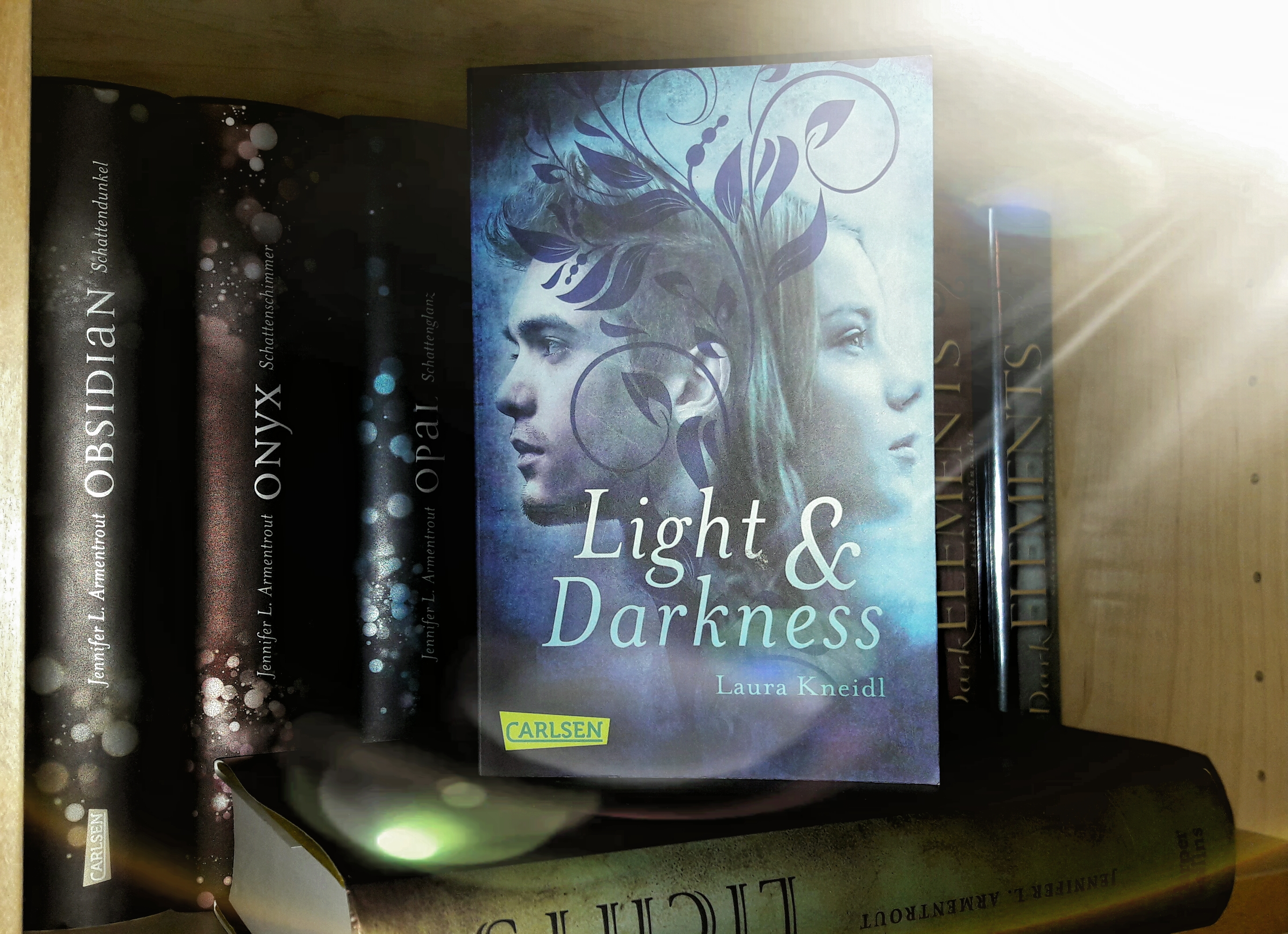 Rezension – Light & Darkness