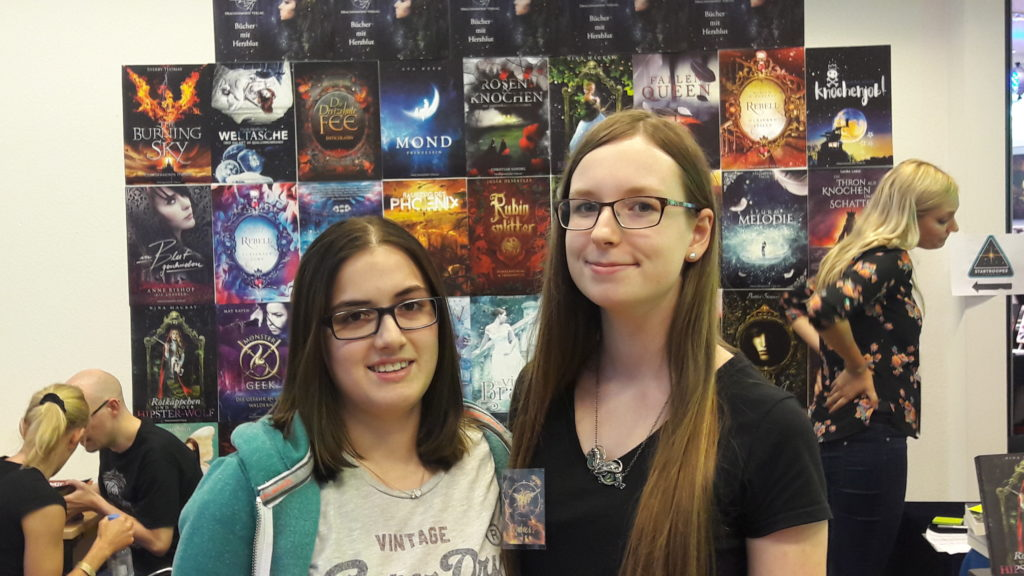 Bianca mit Maja Köllinger auf der Phantastika vor dem Drachenmondverlagsstand
