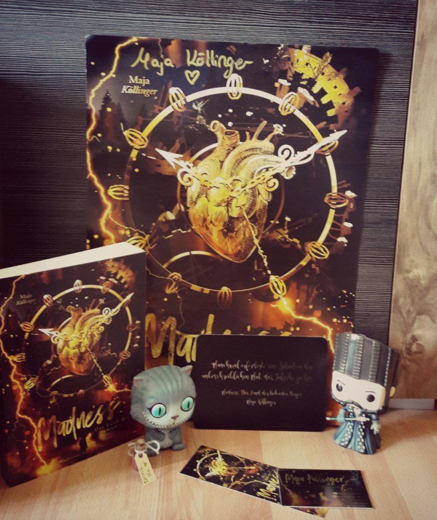 Das Buch Madness mit Goodies und Poster.